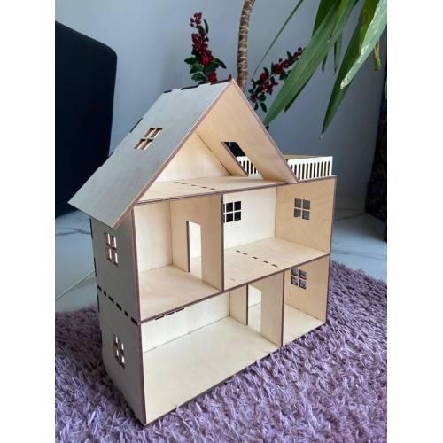 drewniany domek dla lalek z tarasem 4